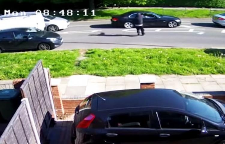 Una mujer al volante sale milagrosamente ilesa de un intento de asesinato