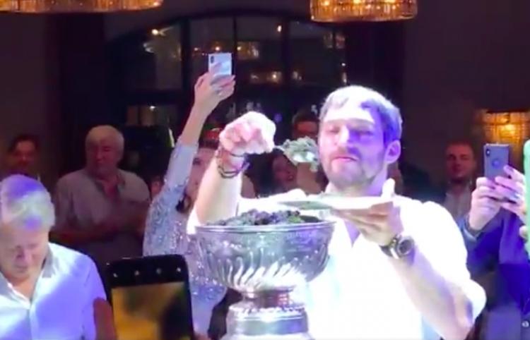 Así se come la estrella rusa del hockey caviar negro a cucharadas (de la Copa Stanley)