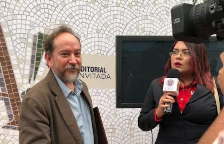 Reconocen trayectoria editorial de Andrés Ramírez