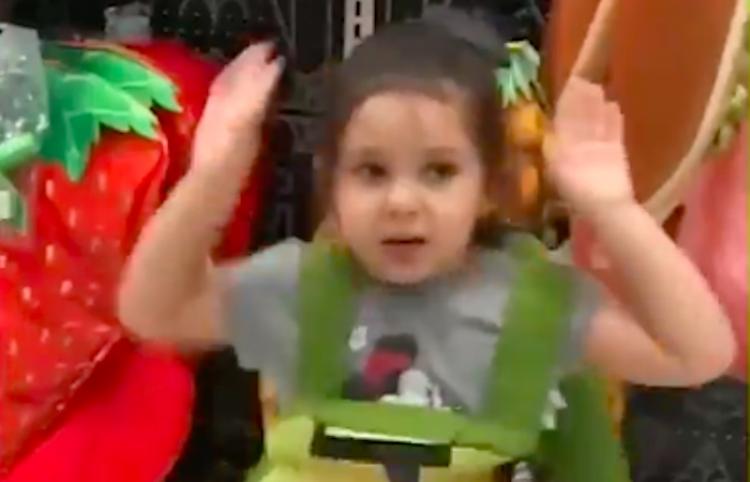 Este disfraz de aguacate para Halloween, es lo mejor que este pequeña niña ha visto
