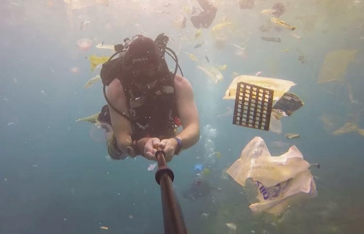 Un mar de plástico: Un buceador revela qué 'regalos' invaden las aguas de Bali