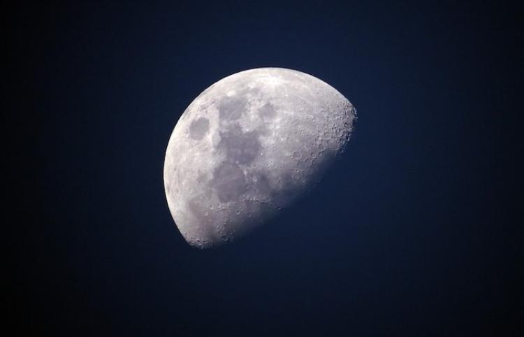 Una Luna gigantesca cae sobre la isla de Tenerife