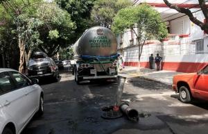 Ahora realizan desasolve frente a oficinas de López Obrador