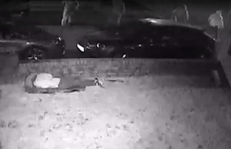 Una adolescente británica intenta burlar a un grupo de matones armados con bates
