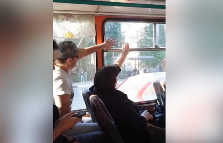 ¿Ventanilla abierta o cerrada? Dos pasajeros luchan sin tregua para vencer