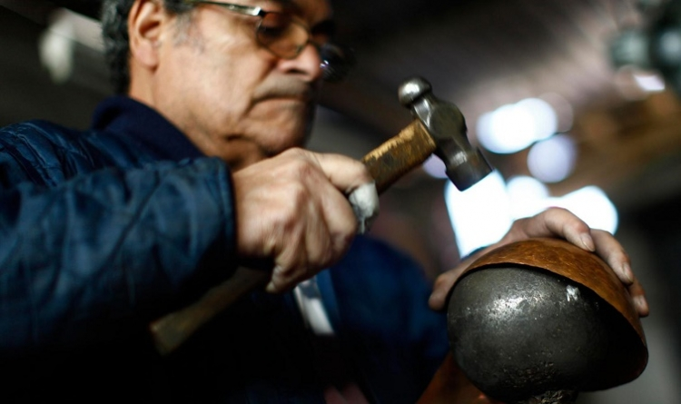 Vive la tradición del martillado en cobre