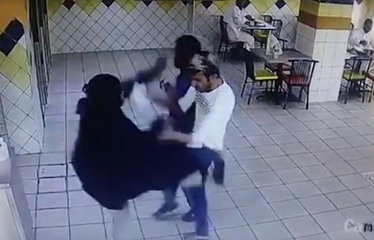 Mujer descontenta lanza una patada 'a lo Mortal Kombat' al empleado de un restaurante saudita