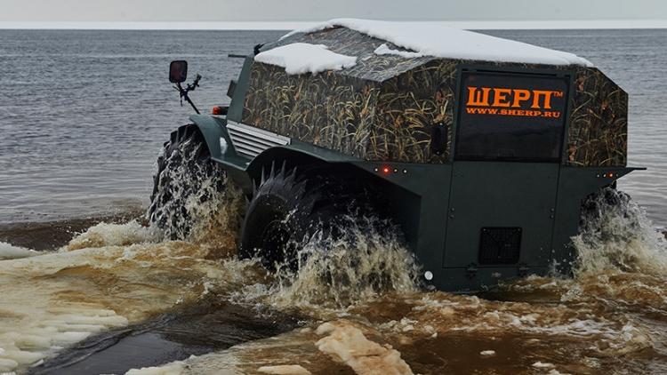 Un todoterreno ruso arrasa sin piedad una competencia contra camiones 'monstruo' en el barro