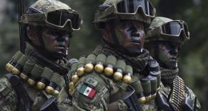 Promete López Obrador aumentar sueldos a los soldados y marinos