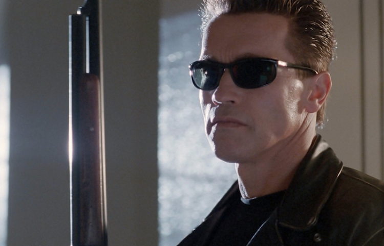 Arnold Schwarzenegger aplasta una limusina con un tanque