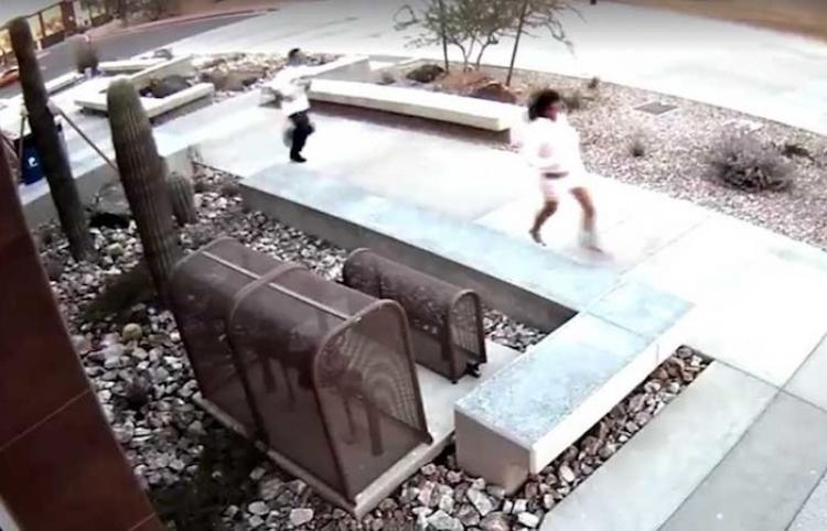 Operación fracasada: Huyen de un robo y sin saberlo entran en el edificio de la Policía