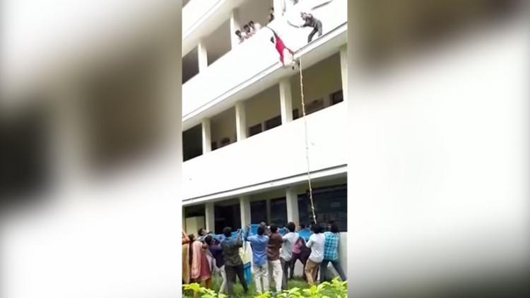 Una joven estudiante muere al caer de un tercer piso durante un simulacro