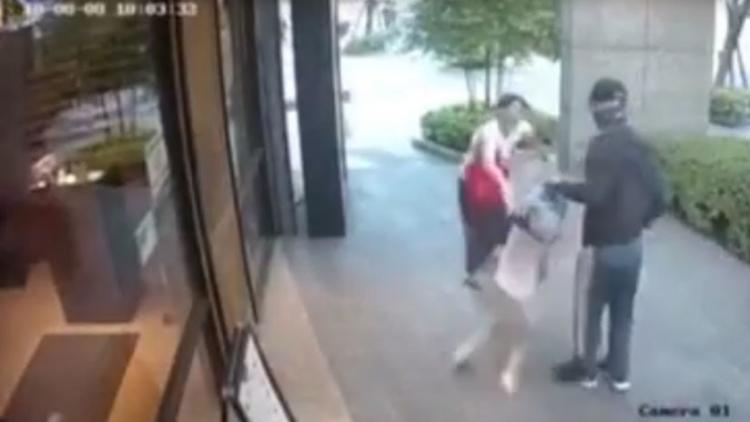 Mujer repele a un desconocido que trató de arrebatarle a su hija a plena luz del día