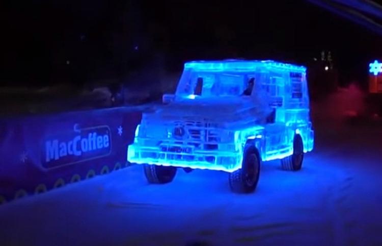 Este 'Mercedes' hecho 'a lo ruso' con 5 toneladas de hielo es completamente funcional