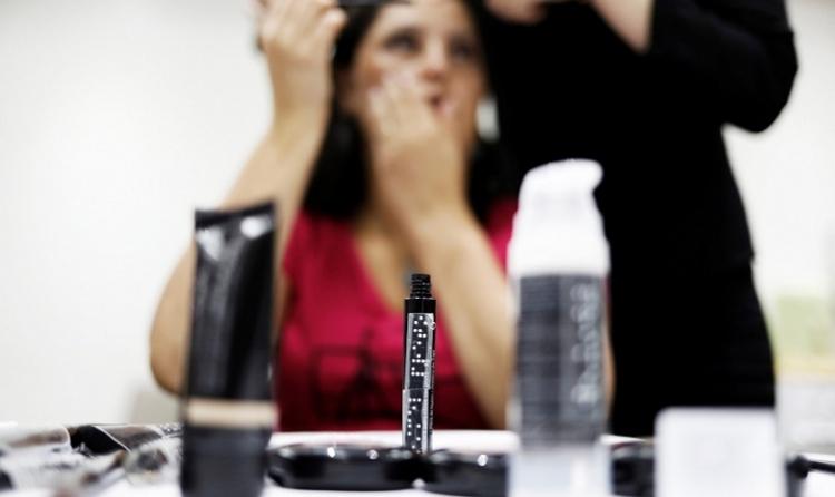 Los cursos de maquillaje para mujeres brasileñas ciegas aumentan la autoimagen