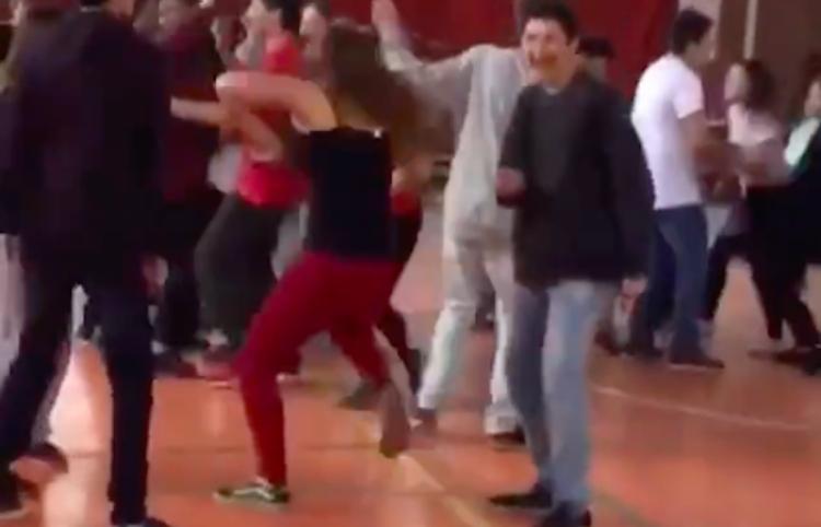 Chica baila motivada la canción del Baby Shark en escuela
