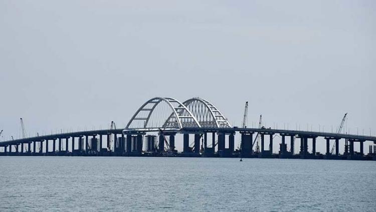 Una grúa flotante se estrella contra el puente de Crimea