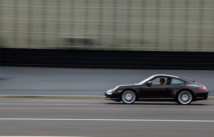 Un auto sale 'volando' en una autopista a 170 km/h
