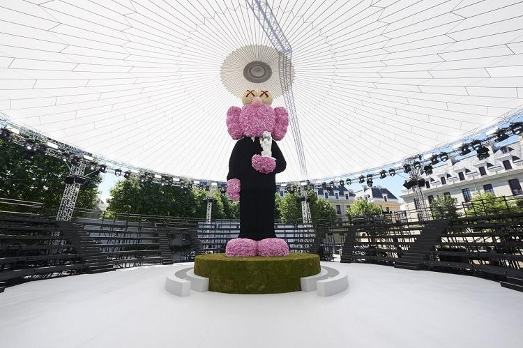 Miles de flores utilizadas para construir la escultura de KAWS para Dior