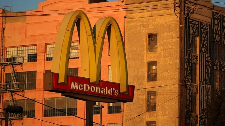 Un cliente es expulsado de McDonald's por invitar a un sintecho a comer