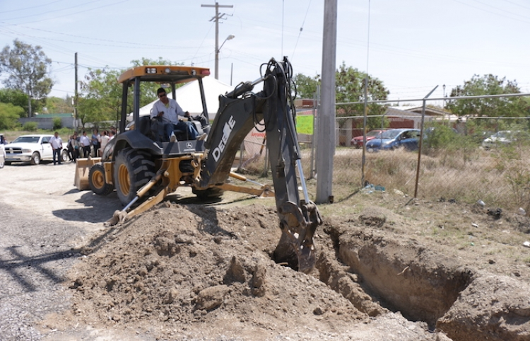 Colonos de Lomas del Sol enclavada en Juárez NL; obtienen servicios de agua potable y drenaje sanitario