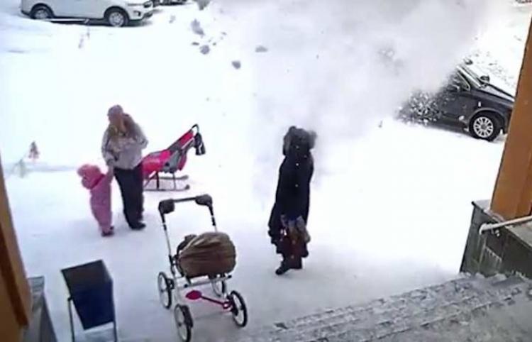 El momento en que una niña salva a su madre de la caída de una enorme masa de nieve
