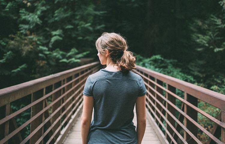 Empuja a su amiga que no se atreve a saltar desde un puente y casi la mata