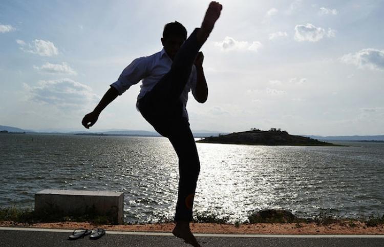 Un delincuente lanza una violenta patada voladora contra un camarógrafo