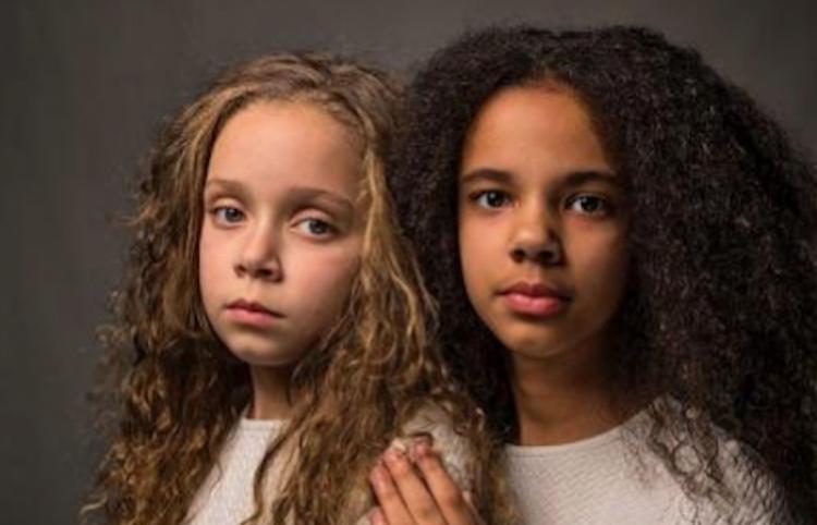 Blanco y negro: Dos gemelas pasan como amigas por ser completamente diferentes