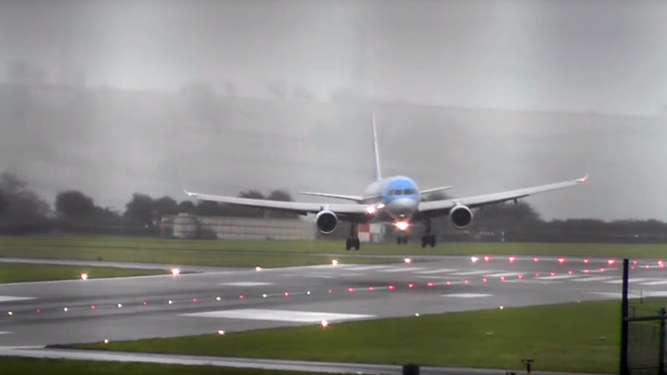 Boeing 757 aterriza en medio de fuerte tormenta
