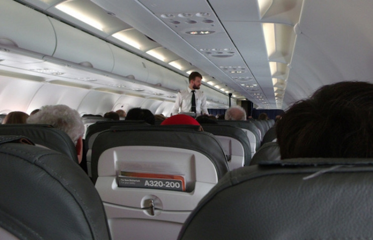 Estallan de risa en un avión mexicano por las explicaciones de un hombre a su mujer