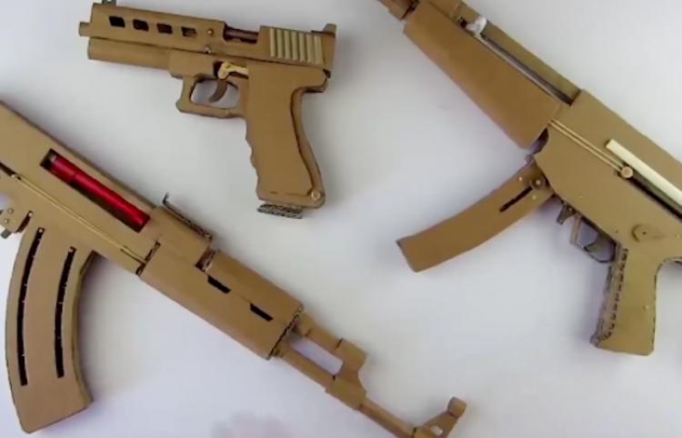 Le llueven criticas después de mostrar como crear una AK47 con cartón