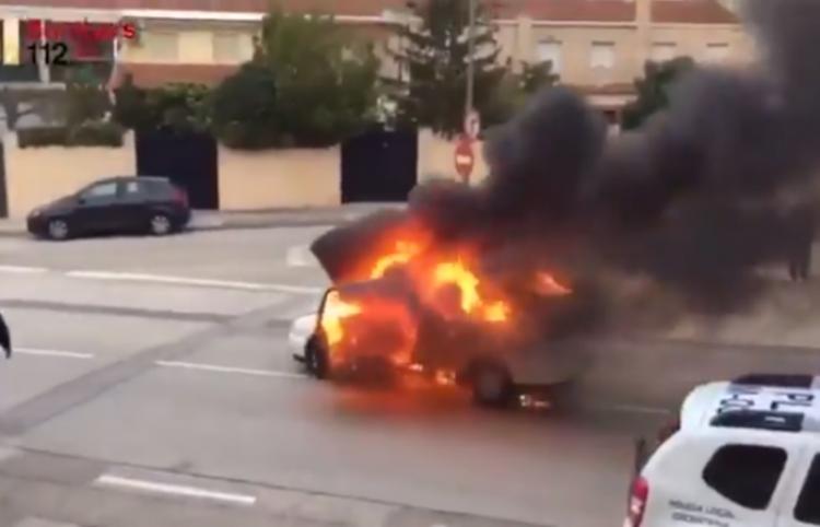 Un coche en llamas 'huye' de los bomberos