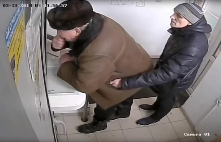 Como un truco de magia: Así roba un carterista sin que su víctima se entere