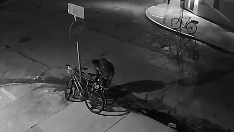 Ladrón desmonta una señal de tránsito para robarse una bicicleta