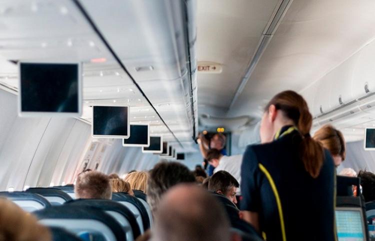 Cómo no viajar en avión: Tres amigas toman vodka y se arrancan el pelo en una brutal pelea