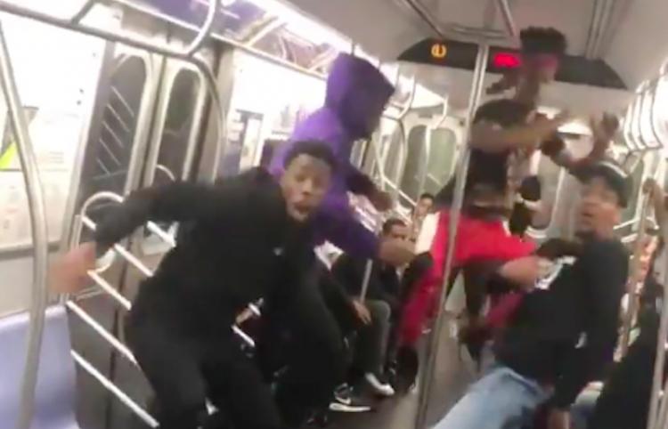 ¡Increíble! Bailan y le dan energía a un trayecto en el metro de Nueva York