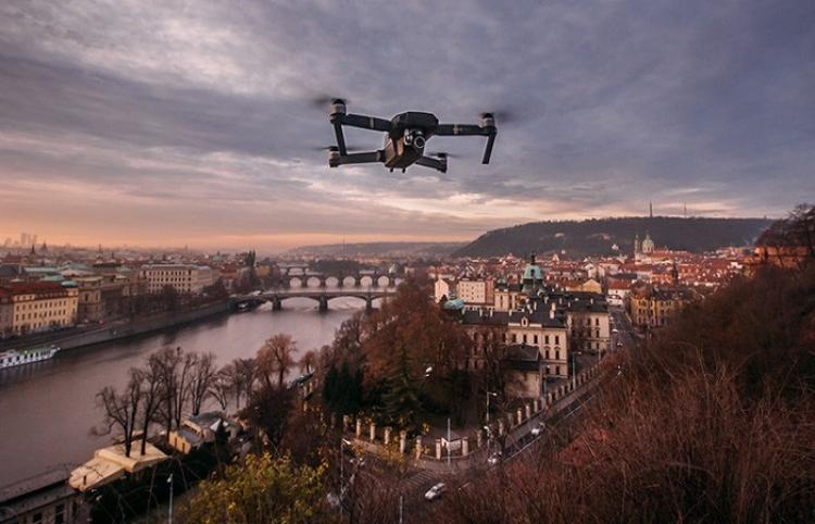 Dron capta un 'jinete fantasma' cabalgando por un antiguo castillo inglés
