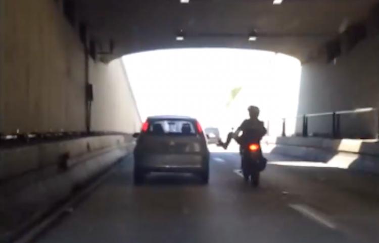 Patea un auto desde su moto en marcha y lo lamenta enseguida