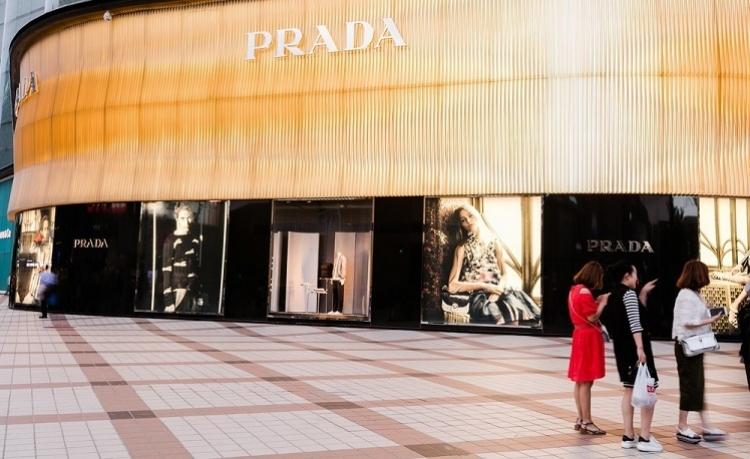 El enfoque juvenil ayuda a Prada a volver al crecimiento de las ganancias