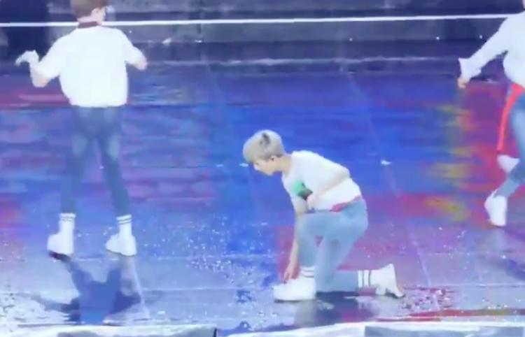 No limpian bien el escenario y resulta en tragedia para los cantantes