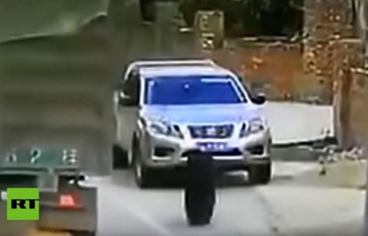 ¡Se salva de milagro! Dos neumáticos de camión destrozan un auto con el conductor dentro