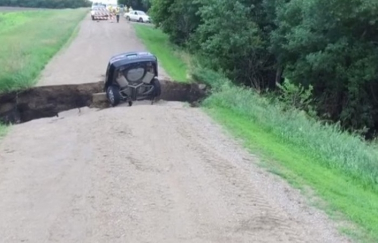 Un enorme socavón en medio del camino 'se traga' a un auto junto a su conductor adolescente