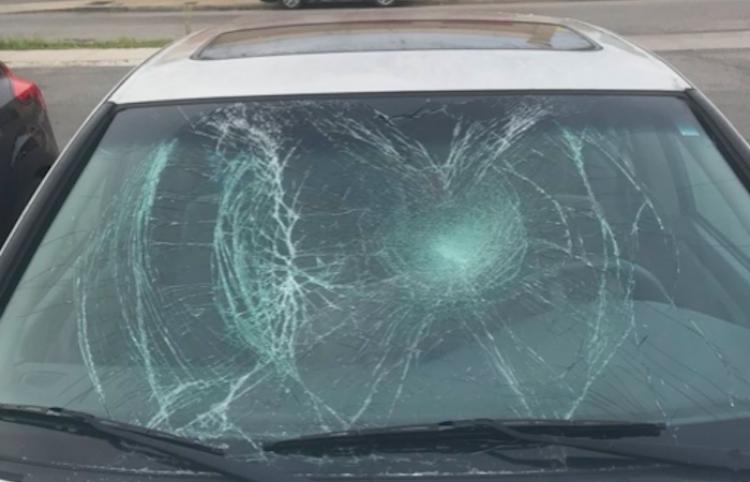 Un desconocido la ataca y le rompe el auto por negarse a darle su número de teléfono