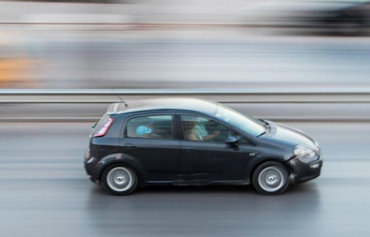 Un hombre va por la autopista sobre el capó de un automóvil a 110 kilómetros por hora