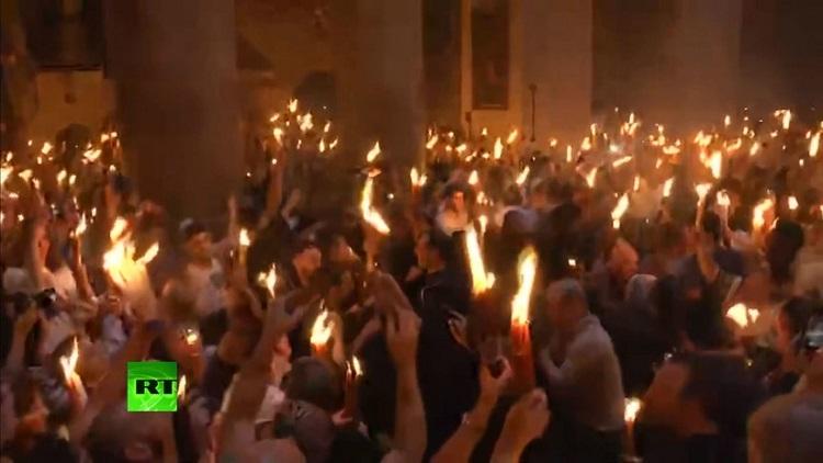 Desciende el Fuego Santo en el Sepulcro de Jerusalén