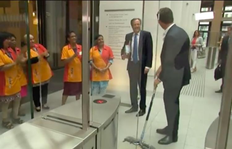Mark Rutte, primer ministro de los Países Bajos tiró su taza de café y no pudo dejar de limpiar.