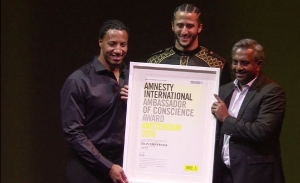 Mariscal de campo Kaepernick recibe premio por luchar contra el racismo
