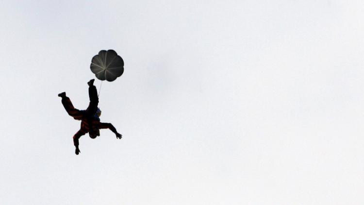 Se rompe las dos piernas tras saltar en paracaídas