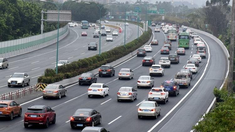 Coche se para en medio de autopista, causa dos accidentes y prosigue como si nada